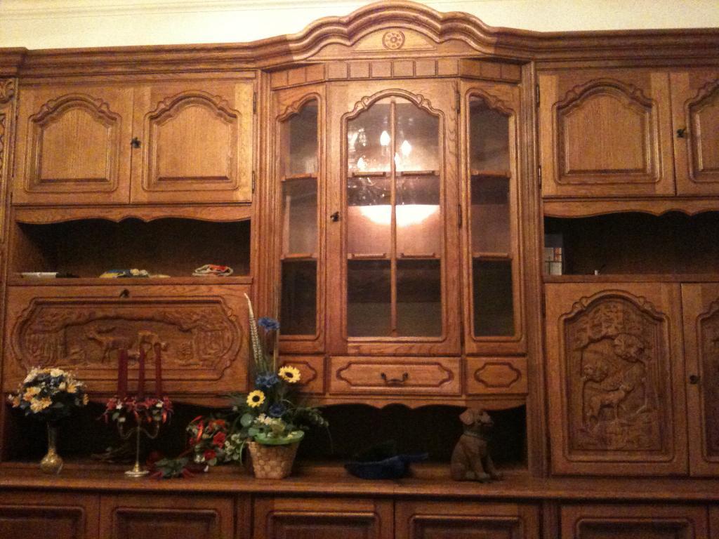 Wohnzimmerschrank, Eiche rustikal, mit Verzierungen