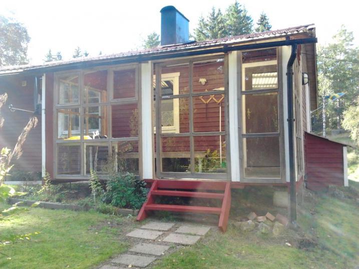 schweden kleines rotes ferienhaus im wald an kleinem see zu verkaufen. Black Bedroom Furniture Sets. Home Design Ideas